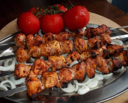 chicken-barbecue-with-garnish-of-tomato-and-onion