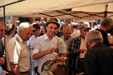 visitors-sampling-the-wines-at-the-kartli-wine-festival