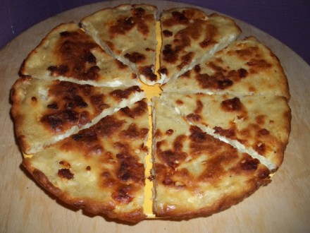 mokhrakuli-khachapuri-cut-for-serving